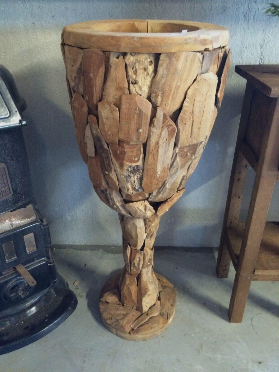 Vaas op standaard drijfhout